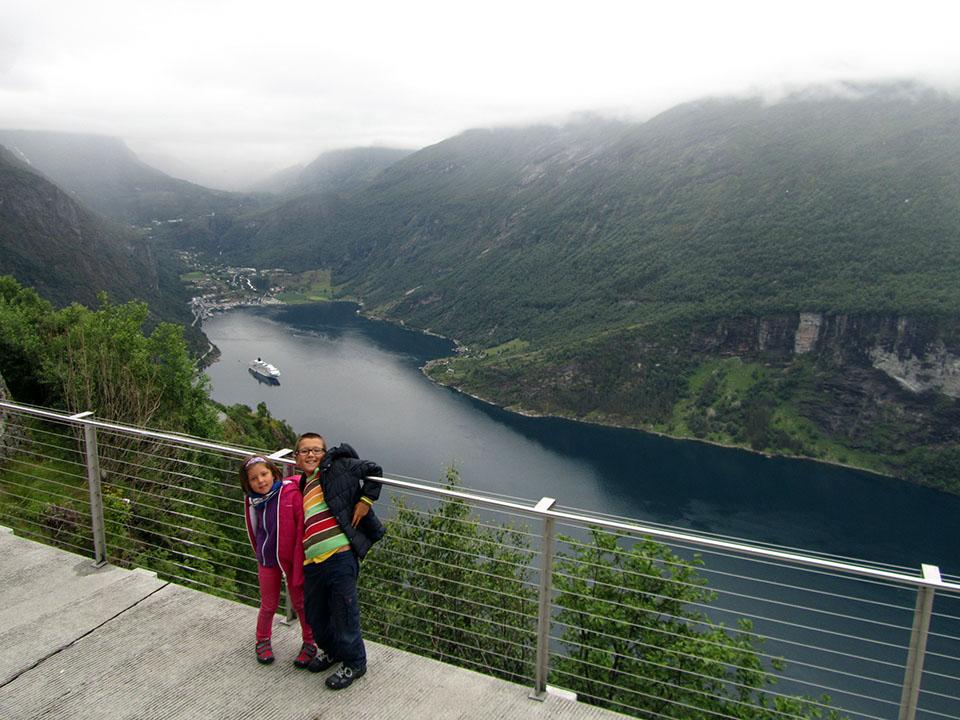 Plataforma para admirar el pueblo y el fiordo de Geiranger desde el mirador de Ornesvingen en Noruega.