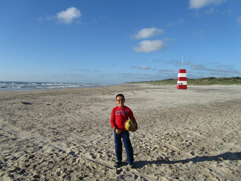 Playa de Hirtshals con el faro al fondo en Dinamarca.
