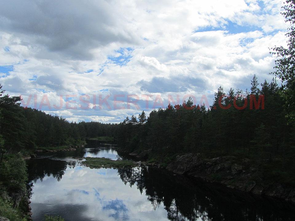 Preciosos ríos y lagos rodeados de frondosos bosques camino de Kristiansand en Noruega.
