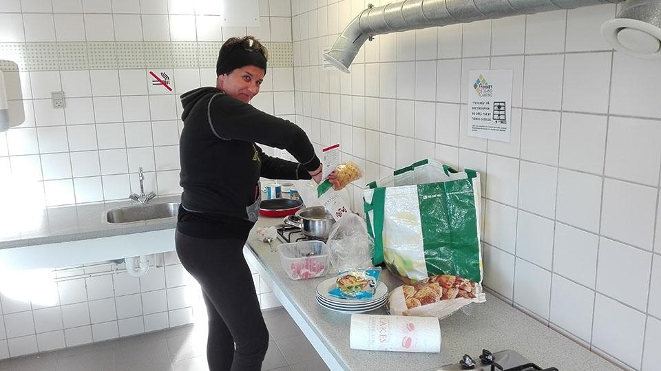 Preparando la cena en el camping en Hirtshals en Dinamarca.