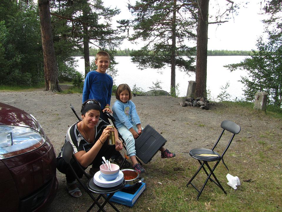 Preparando la comida en un lago en medio de Suecia.