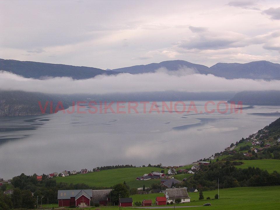 Pueblo cercanos al glaciar Jostedalsbreen en Noruega.
