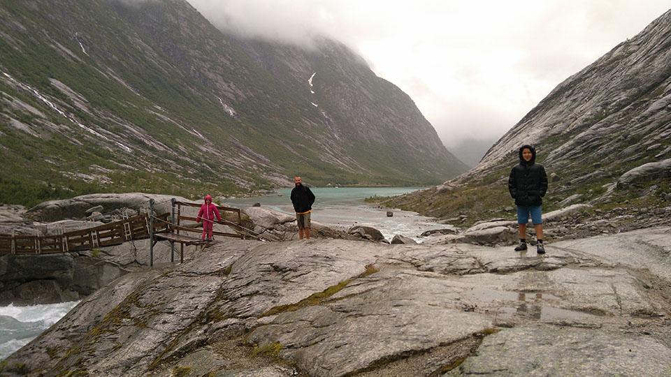 Puente de madera para atravesar el río y poder llegar al glaciar Nigardsbreen en Noruega.