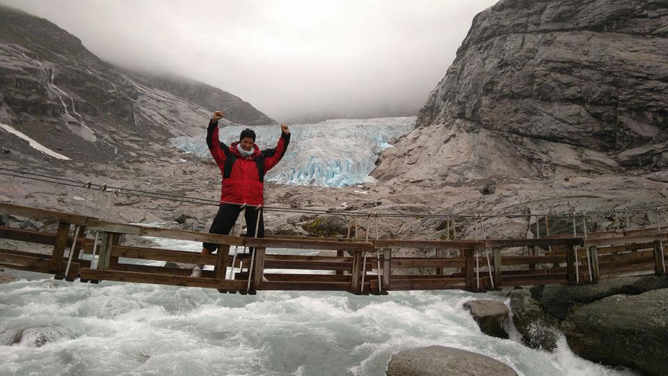 Puente que hay que atravesar para llegar al glaciar Nigardsbreen en Noruega.