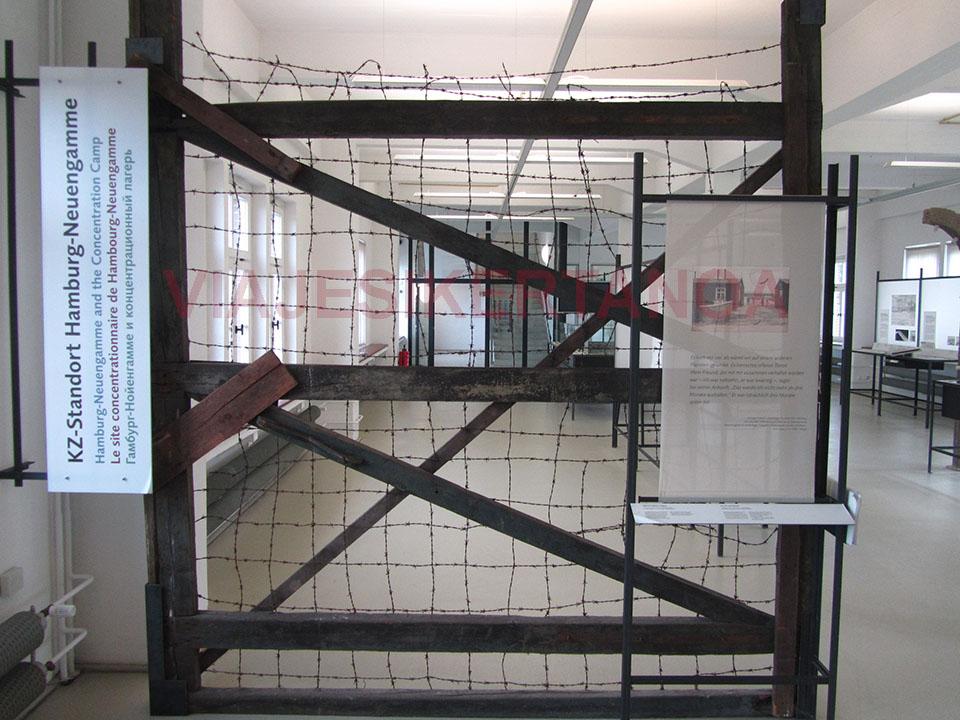 Puerta de entrada al campo de concentración Neuengamme en Hamburgo, Alemania.