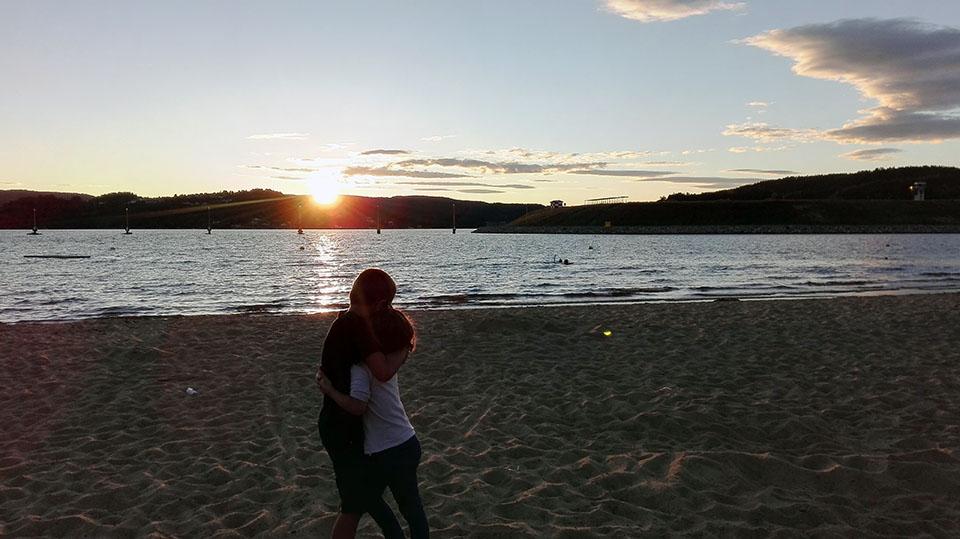 Puesta de sol en una playa de Kristiansand en Noruega.