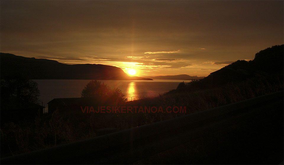 Puesta de sol en los Fiordos Noruegos.