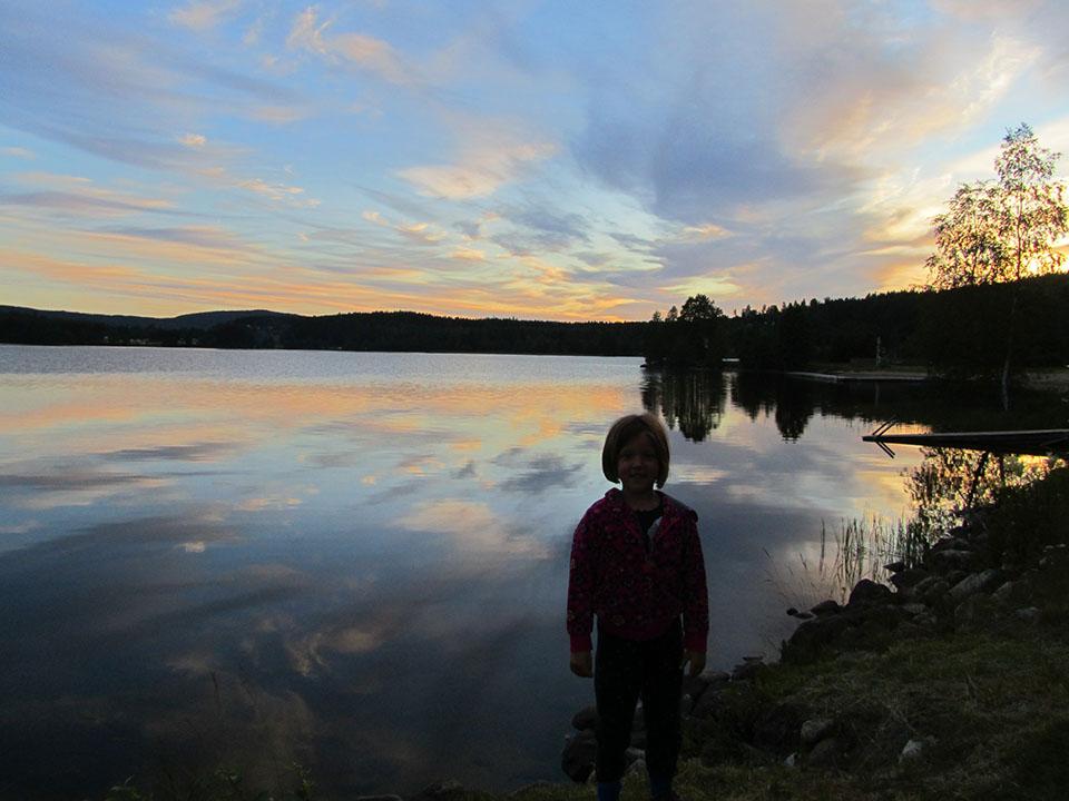 Puesta de sol en el lago de Ramvik, Suecia.