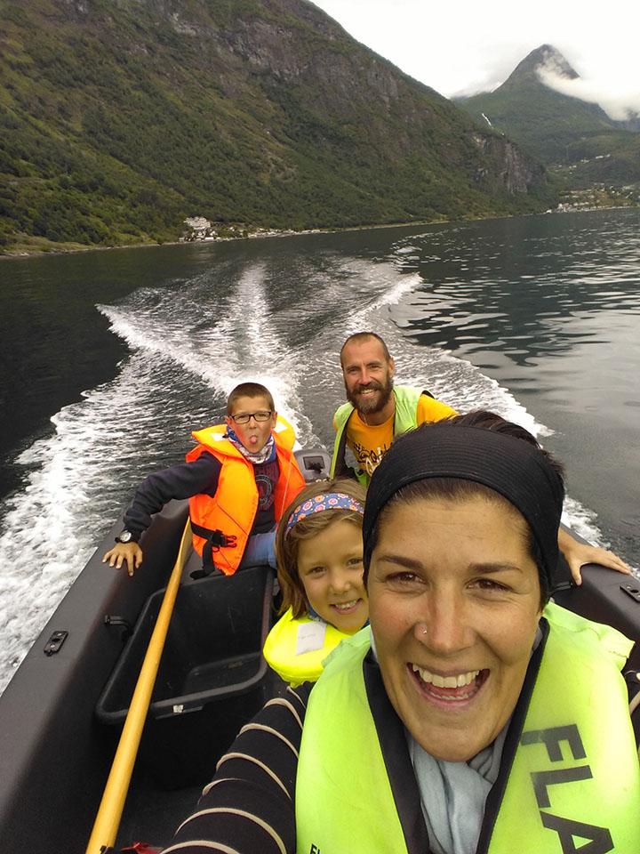 Recorriendo en lancha motora el fiordo Geiranger en Noruega.