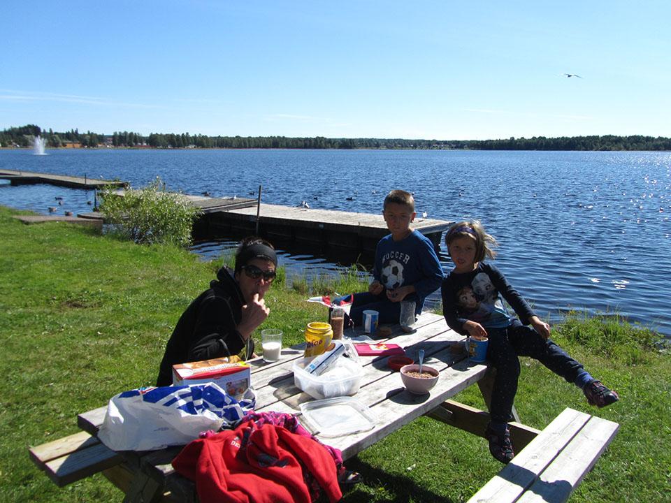 Desayunando al lado del lago en el pueblo de Mora en Suecia.