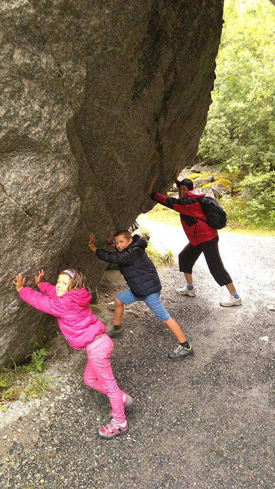 Roca enorme justo antes del lago del glaciar Briksdalsbreen en Noruega.