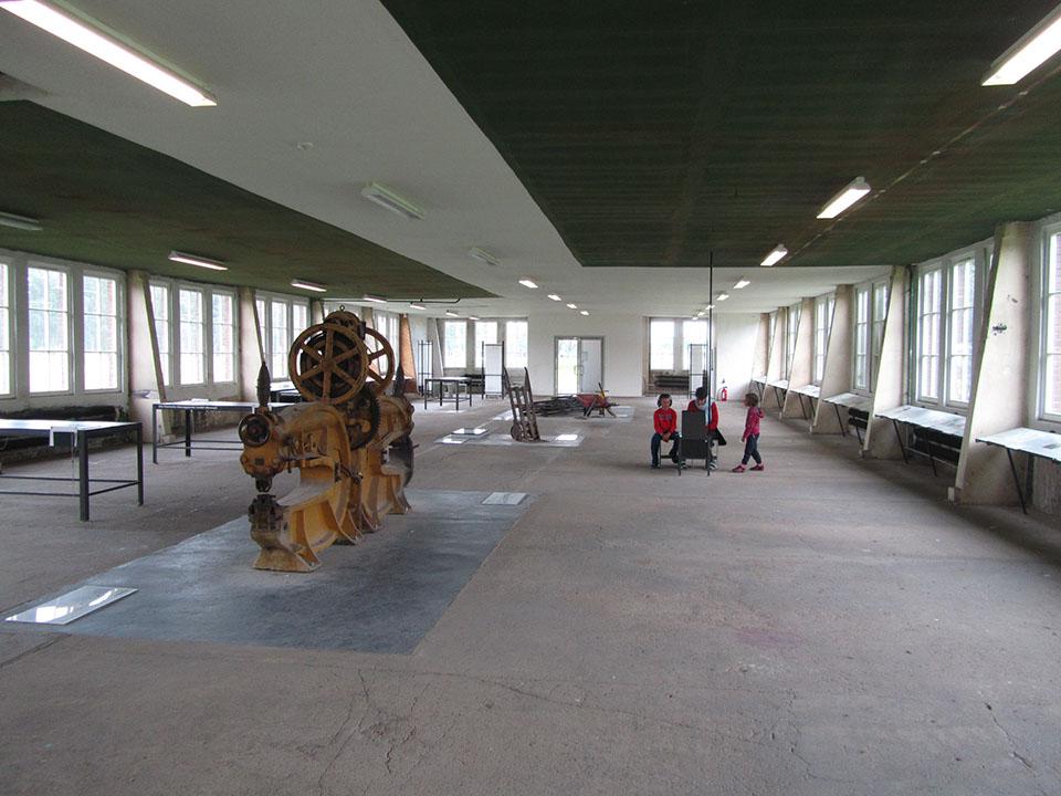 La sala con las herramientas en el campo de concentracion de Neuengamme en Hamburgo, Alemania.
