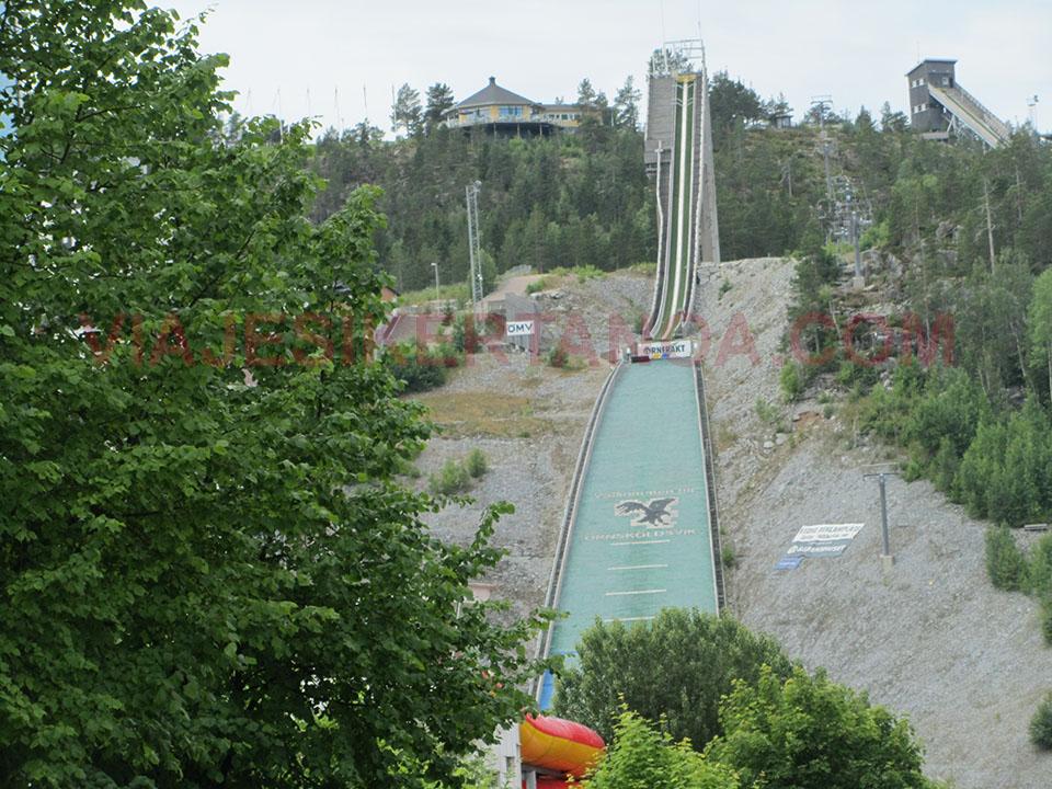 Pista de saltos de esquí en medio del pueblo en Suecia.