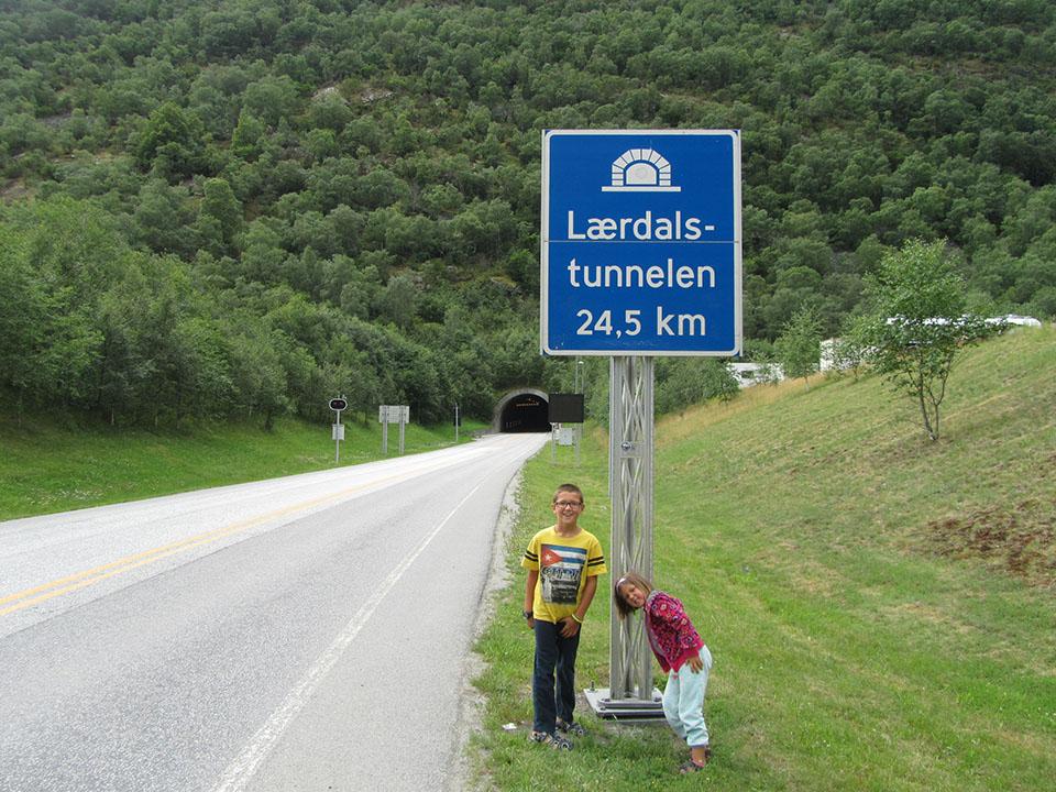 Señal de entrada al túnel de Laerdal en Noruega, el más largo del mundo.