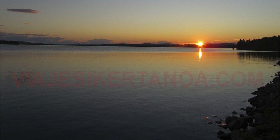 El sol de medianoche en Jokkmokk en Suecia.