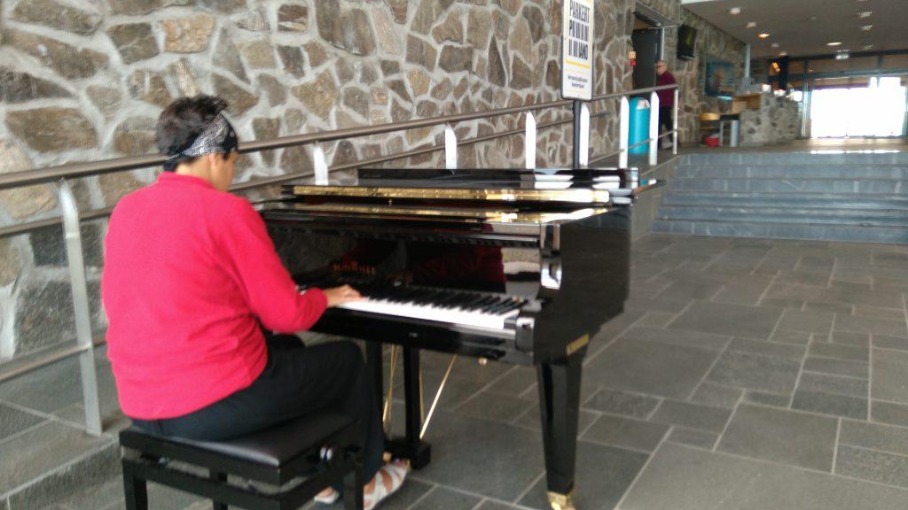 Tocando el piano en el recinto de Cabo Norte en Noruega.