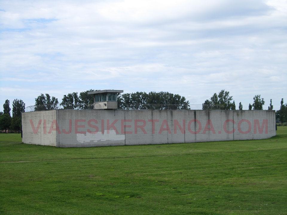 La torre de vigilancia en el campo de concentración Neuengamme en Hamburgo, Alemania.