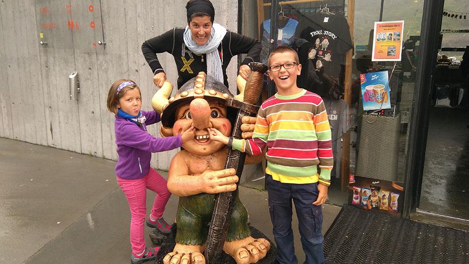 Troll a la entrada de la tienda de recuerdos en la carretera del Troll (Trollstigen) en Noruega.