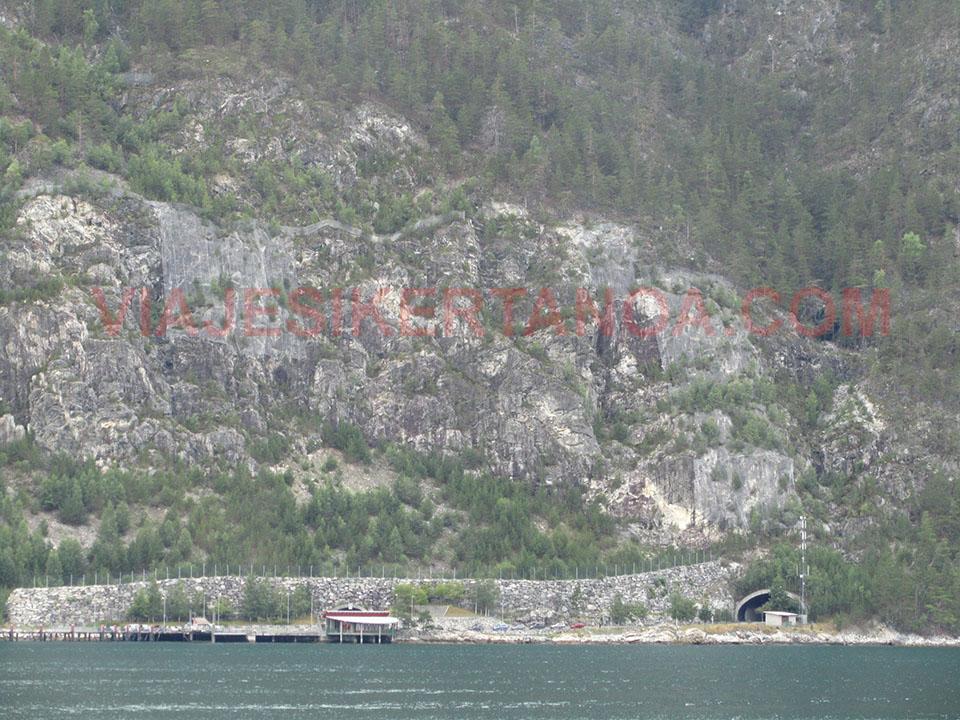 Túnel de acceso al ferry de Manheller a Fodnes en Noruega.