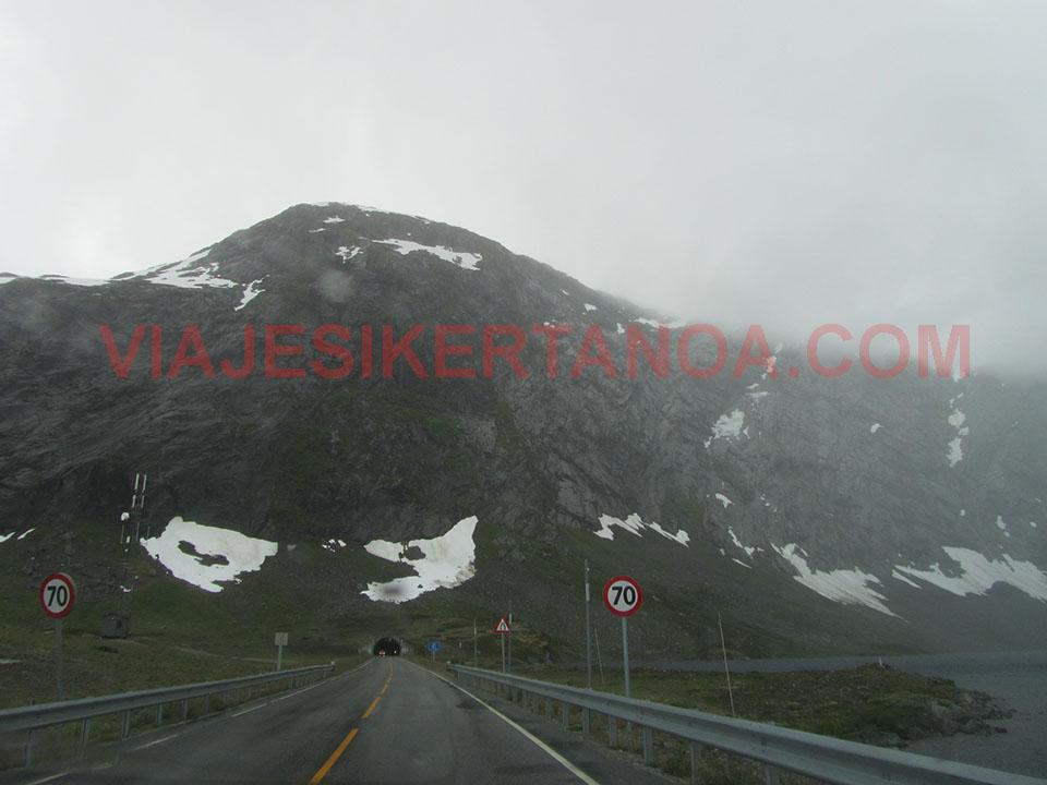 Túneles que atraviesan las grandes montañas noruegas camino de Fosnes.