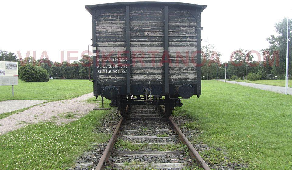 Las vías y el vagon de prisioneros en el campo de concentración Neuengamme en Hamburgo, Alemania.