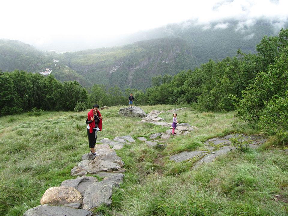 Vistas de los alrededores de la cascada Storseter en el pueblo de Geiranger en Noruega.