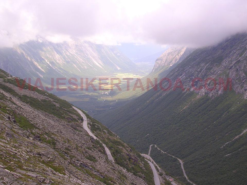 Vistas preciosas del valle desde la carretera del Troll (Trollstigen) en Noruega.