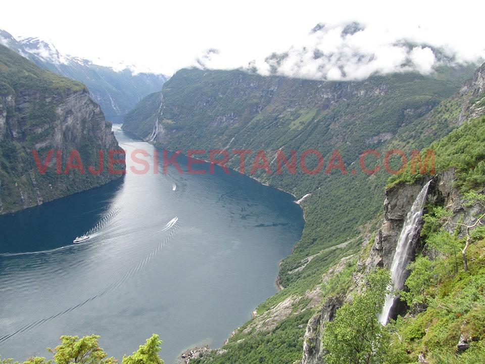 Vistas espectaculares del fiordo Geiranger desde el mirador de Ornesvingen en Noruega.
