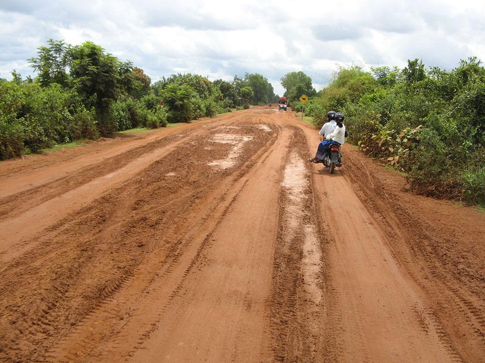 Carretera hacia Sambor Prei Kuk en Kompong Thom en Camboya.