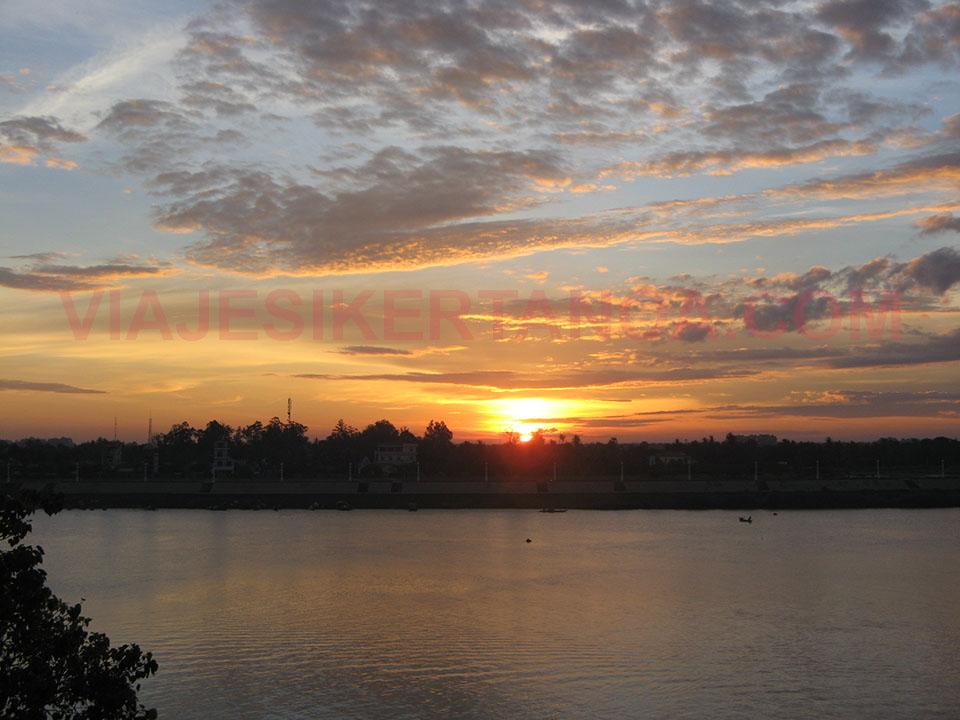 Amanecer en Phnom Penh al lado del río Mekong en Camboya.