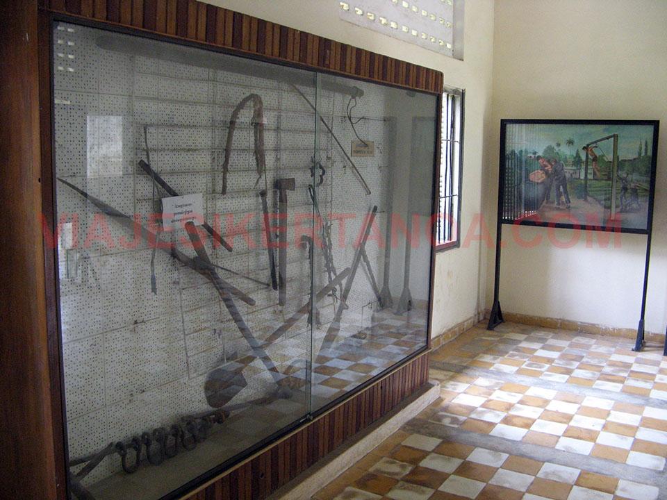 Armas que utilizaban contra los presos en el Museo de Tuol Sleng en Phnom Penh, Camboya.