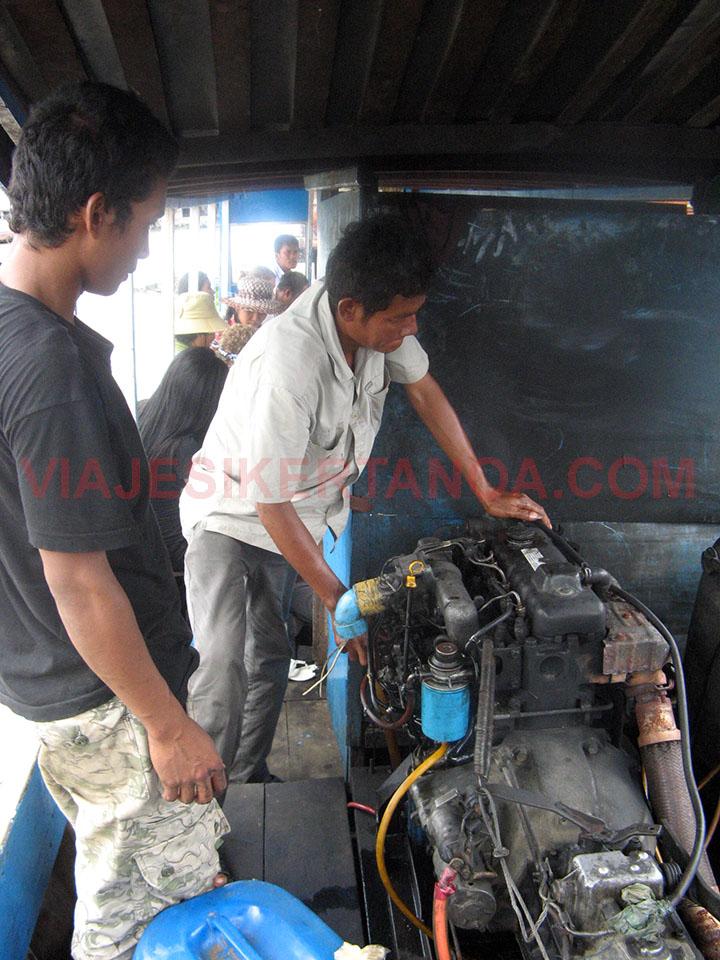 Arreglando el motor del barco a Siem Reap, Camboya.