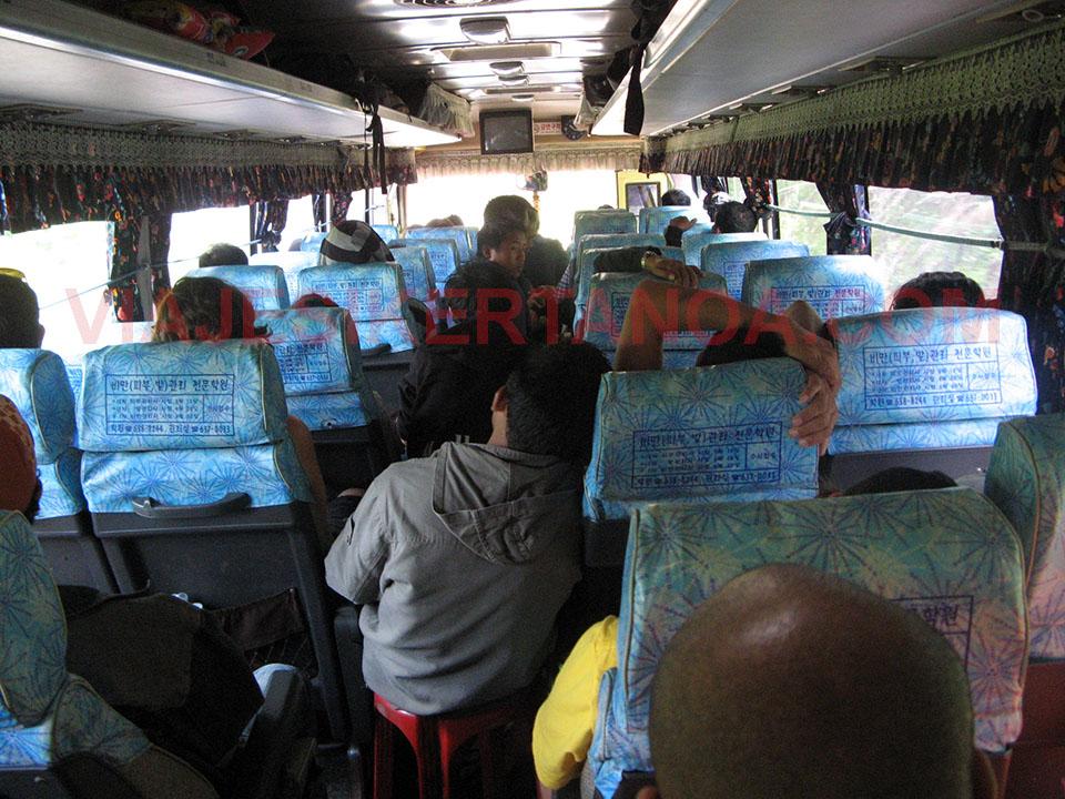 Autobús lleno dirección Vang Vieng en Laos.