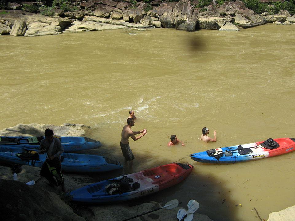 Baño en el río Song entre Vang Vieng y Vientián, Laos.