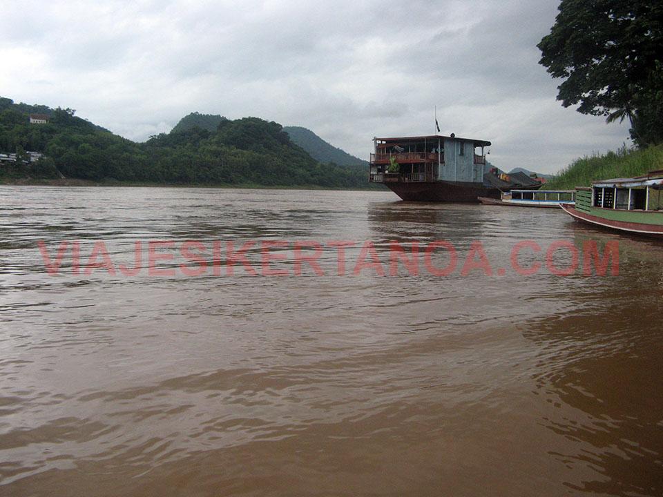 Barcos de madera a lo largo del río Mekong en Luang Prabang, Laos.