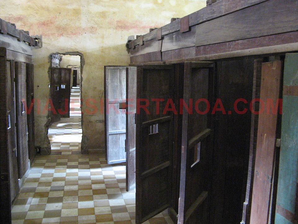 Barracones de tortura en el Museo de Tuol Sleng en Phnom Penh, Camboya.