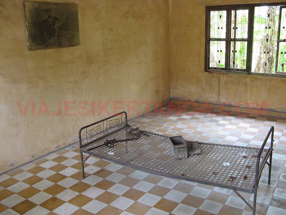 Camas usadas para las torturas en el Museo de Tuol Sleng en Phnom Penh, Camboya.