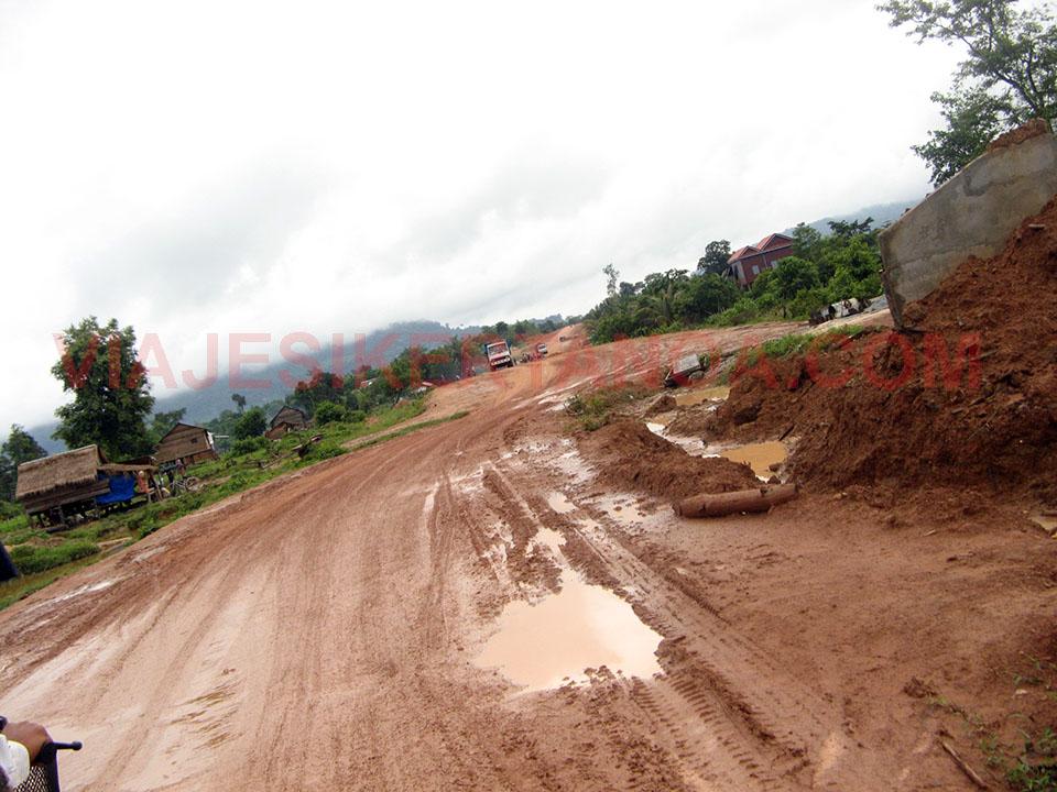 Carretera hacia Kbal Spean a las afueras de las ruinas de Angkor en Siem Reap, Camboya.