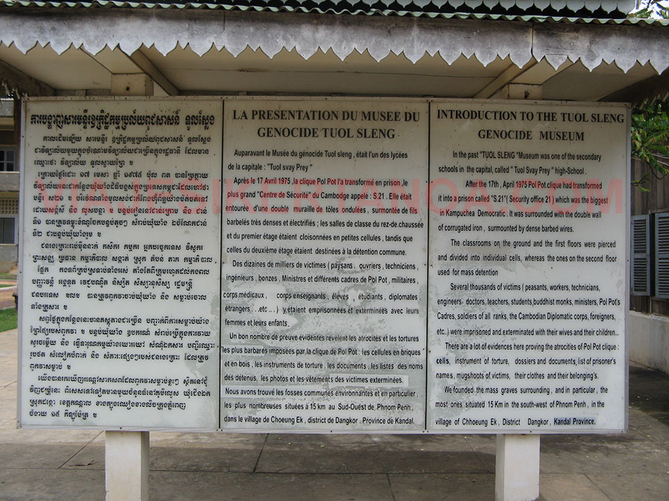 Cartel explicativo del Museo de Tuol Sleng en Phnom Penh, Camboya.