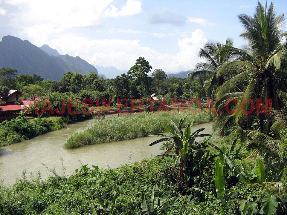 Las casas entre la densa selva de Vang Vieng en Laos.