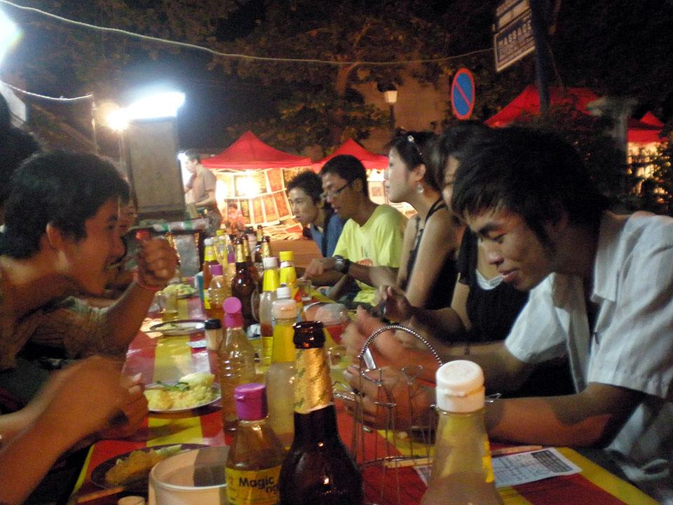 Cenando en un puesto callejero en Luang Prabang, Laos.