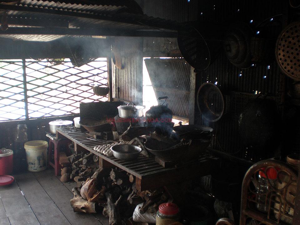 Cocina de una casa en el río Sangker en Camboya.