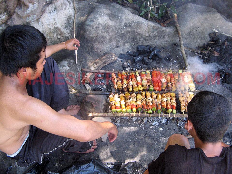 Brochetas a la brasa en la bajada del río Song hasta Vientián.