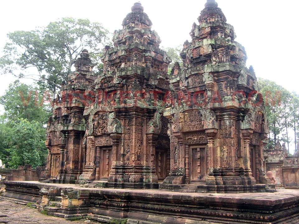 Detalles del templo de Banteay Srei a las afueras de las ruinas de Angkor en Siem Reap, Camboya