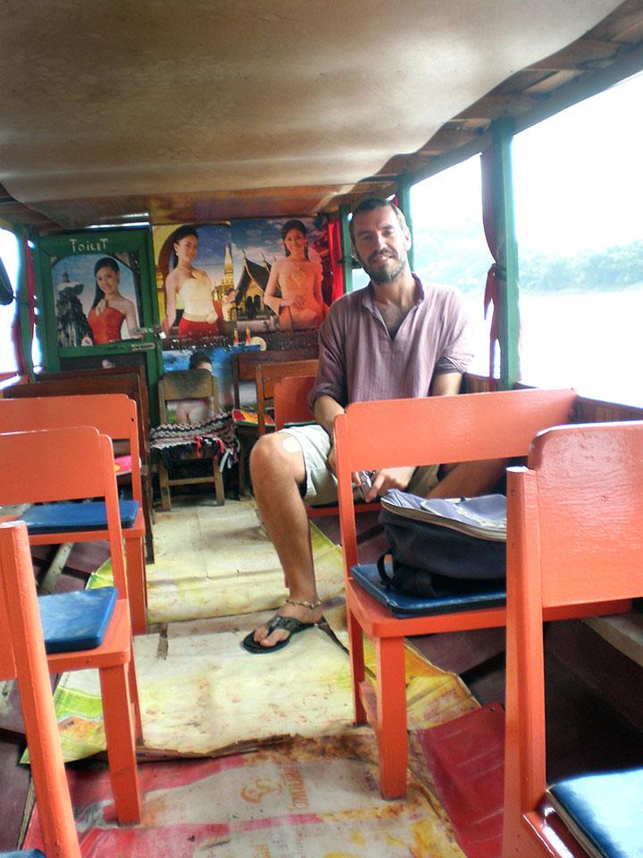El barco a las cuevas de Pak Oun en Luang Prabang, Laos.