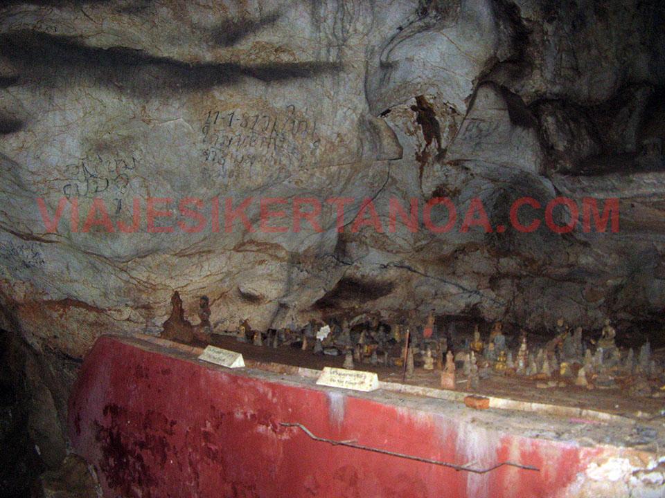 El interior de la cueva Tham Phum en Luang Prabang, Laos.