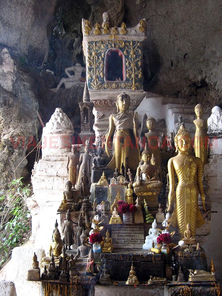 El interior de la cueva Tham Ting en Luang Prabang, Laos.