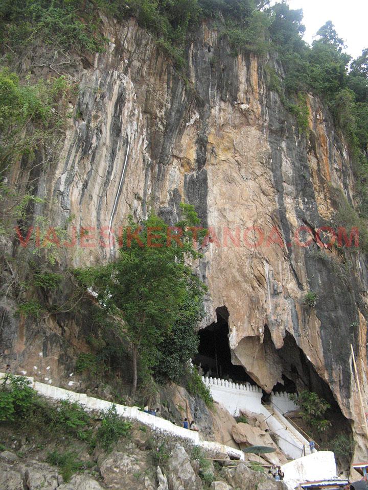 El monte donde se encuentran las cuevas de Pak Ou en Luang Prabang, Laos.