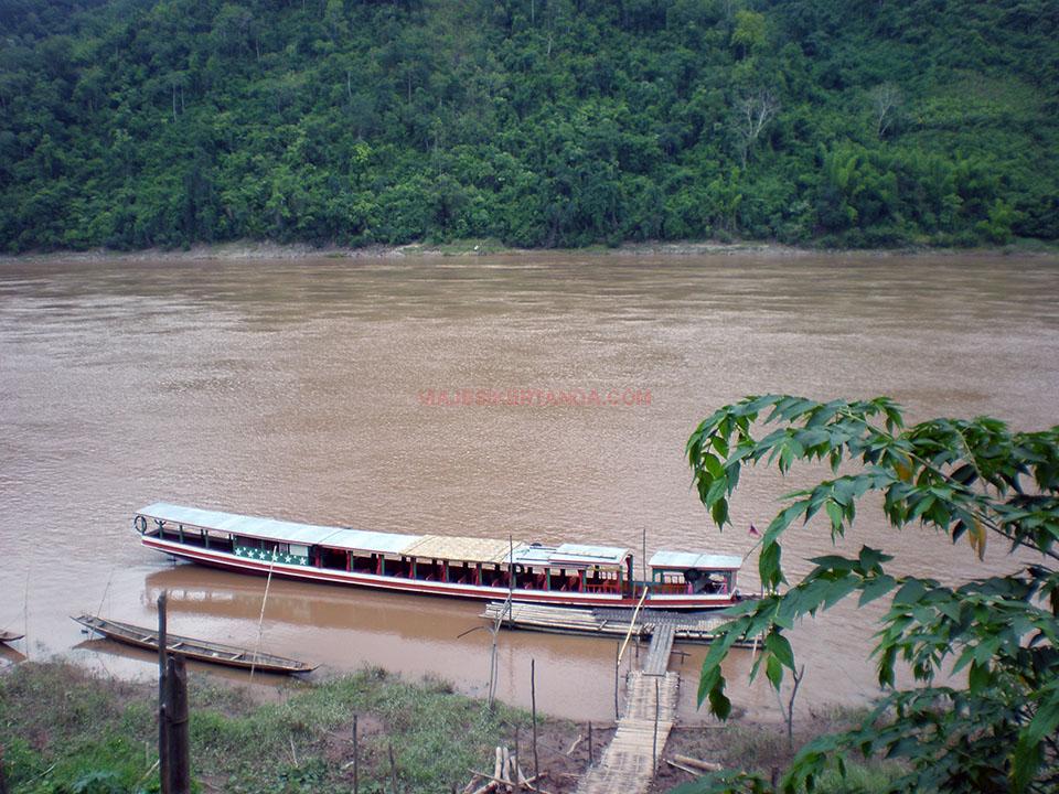 El puerto de embarque hacia las cuevas de Pak Ou en Luang Prabang, Laos
