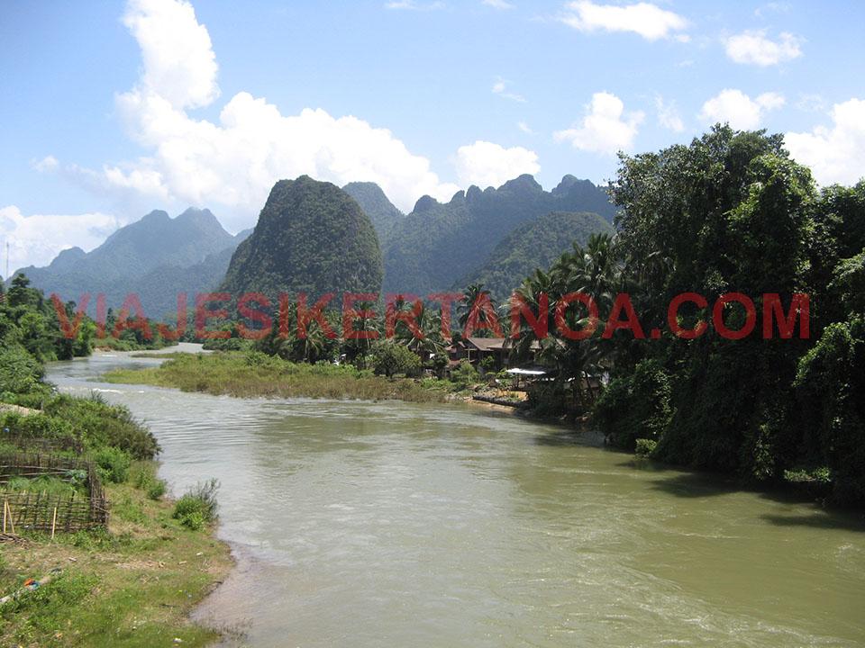 El río Song que atraviesa Vang Vieng en Laos.
